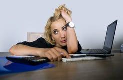 Portrait de bureau de jeune travailler triste et déprimé de femme d'affaires paresseux au sentiment de bureau d'ordinateur portab images stock