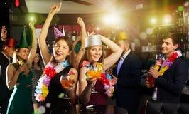 Portrait de célébrer des femmes et des hommes dans des chapeaux avec des cocktails Photos libres de droits