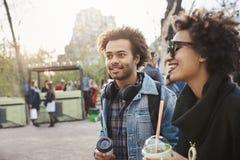 portrait de Côté-vue d'ami avec du charme d'afro-américain avec la coupe de cheveux Afro regardant de côté tout en marchant avec  Photo stock