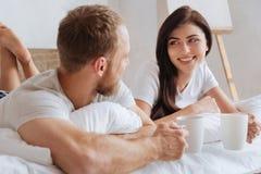 Portrait de café potable d'épouse et de mari dans le lit Photos libres de droits
