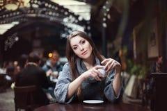 Portrait de café potable de jeune belle femme dans le café Photos stock