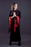 Jeunes femmes dans la longue robe noire Photo stock