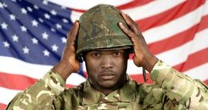Portrait de casque de port de soldat militaire clips vidéos
