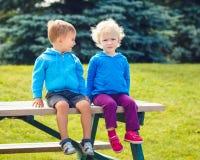 Portrait de caucasiens garçon et amie dans des hoodies bleus Photo stock