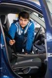 Portrait de ceinture d'Examining Car Seat de mécanicien Images stock