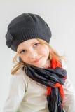 Portrait de chapeau noir et de ckarf de petite fille Photo stock