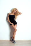 Portrait de charme de femme blonde sexy. Longs cheveux bouclés images libres de droits