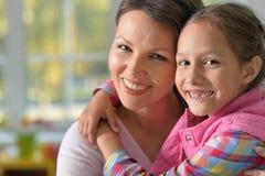 Portrait de charmer la petite fille avec la maman images libres de droits