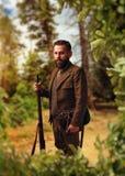 Portrait de chasseur dans l'habillement traditionnel de chasse Photos stock