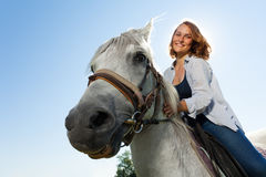 Portrait de cheval blanc de monte de jeune femme heureuse Image libre de droits