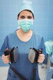 Portrait de chirurgien féminin tenant le défibrillateur Image libre de droits