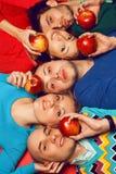 Portrait de cinq amis intimes élégants étreignant et se trouvant au-dessus du Re Photo libre de droits