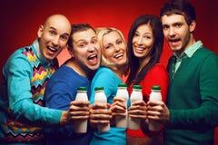 Portrait de cinq amis intimes élégants avec le produit laitier Photos stock