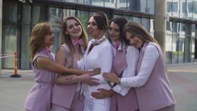 Portrait de cinq femmes d'affaires dehors banque de vidéos