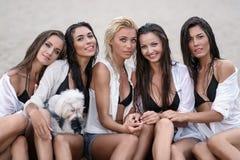 Portrait de cinq filles d'amies l'été photographie stock libre de droits