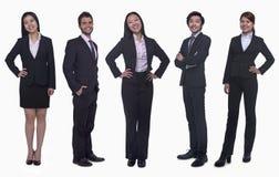 Portrait de cinq jeunes femmes d'affaires de sourire et de jeunes hommes d'affaires, regardant l'appareil-photo, tir de studio Photo stock