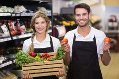Portrait de collègues de sourire avec les légumes frais Photo libre de droits