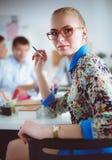 Portrait de concepteur féminin attirant dans le bureau Créateur féminin Photo libre de droits