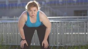 Portrait de coureur de poids excessif de femme pendant la coupure clips vidéos