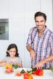 Portrait de courgette de sourire de coupe de père avec la fille Photos stock