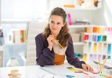 Portrait de couturier réfléchi dans le bureau Image stock