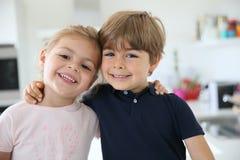 Portrait de cuisine de sourire d'enfants à la maison Photo stock