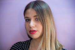 Portrait de détail de plan rapproché du visage et des cheveux blonds d'un beautifu photos libres de droits