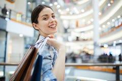 Portrait de dame dans le centre commercial image stock