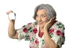 Portrait de dame pluse âgé tenant le téléphone portable Images stock