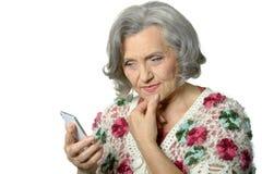 Portrait de dame pluse âgé tenant le téléphone portable Photos stock
