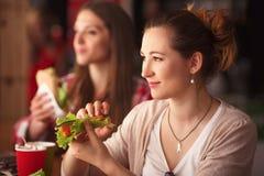 Portrait de dame vegeratian en café Photos libres de droits