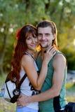Portrait de dans de jeunes couples d'amour en nature Photos libres de droits