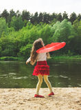 Portrait de danse mignonne de fille avec l'écharpe rouge à la rivière Photos stock
