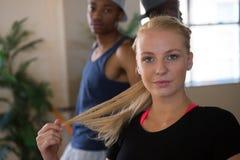 Portrait de danseur féminin avec l'ami Photographie stock libre de droits