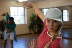 Portrait de danseur féminin avec la pratique en matière d'ami Image libre de droits