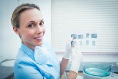 Portrait de dentiste féminin tenant le rayon X Photos libres de droits