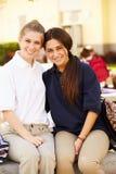 Portrait de deux étudiants féminins de lycée portant l'uniforme Images stock