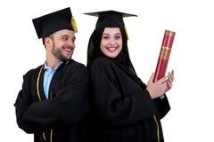 Portrait de deux étudiants musulmans arabes de graduation heureux D'isolement au-dessus du fond blanc Photo stock