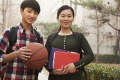 Portrait de deux étudiants sur le campus d'université Photographie stock