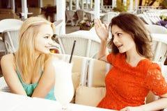 Portrait de deux amie assez modernes dans l'inte d'air ouvert de café Images stock