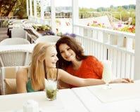 Portrait de deux amie assez modernes dans l'inte d'air ouvert de café Image stock