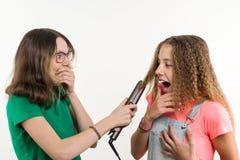 Portrait de deux amies adolescentes faisant la coiffure à la maison Fond blanc Photo stock
