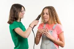 Portrait de deux amies adolescentes faisant la coiffure à la maison Fond blanc Photo libre de droits