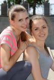 Portrait de deux amies de jeunes femmes qui sourient Image stock