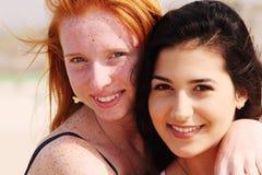 Portrait de deux amies de sourire Image libre de droits