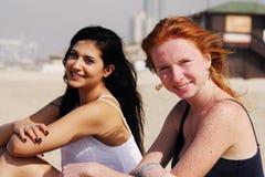 Portrait de deux amies de sourire Photos stock