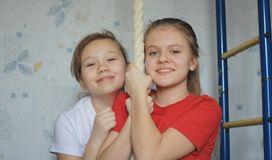 Portrait de deux amies ou maisons de sistersat posant près de la corde gymnastique, horizontal Photo libre de droits