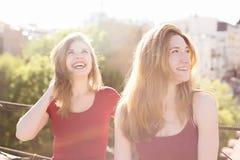 Portrait de deux amies sur le toit Images stock