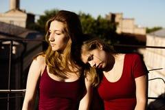 Portrait de deux amies sur le toit Photo stock