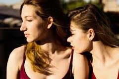 Portrait de deux amies sur le toit Photos stock